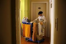 <p>Les télécommandes, ainsi que les interrupteurs des lampes de chevet, figurent parmi les éléments présentant les taux de contamination bactérienne les plus élevés dans les chambres d'hôtel, selon une étude américaine. Des taux de contamination très élevés ont été observés sur le matériel de nettoyage utilisé par le personnel, comme les éponges et les serpillières. /Photo d'archives/REUTERS/Nir Elias</p>