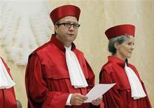 <p>Le président de la Cour constitutionnelle allemande Andreas Vosskuhle à Karlsruhe. L'institution a estimé mardi que le gouvernement d'Angela Merkel n'avait pas suffisamment consulté le parlement sur la configuration du Mécanisme européen de stabilité financière (MES), mais les experts estiment que cela ne devrait pas entraver la capacité de l'Allemagne à réagir à la crise de la dette. /Photo prise le 19 juin 2012/REUTERS/Alex Domanski</p>