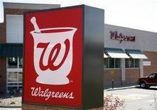 """<p>Walgreen, numéro un des """"drugstores"""" aux Etats-Unis, a l'intention de prendre une participation de 45% dans Alliance Boots pour 6,7 milliards de dollars (5,3 milliards d'euros) en numéraire et en actions, en vue former la première chaîne de pharmacies dans le monde. /Photo d'archives/REUTERS/Rick Wilking</p>"""