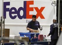 <p>FedEx a enregistré un bénéfice trimestriel ajusté supérieur aux attentes et relevé ses prévisions pour l'exercice fiscal 2012-2013 en anticipant de nouvelles mesures de réduction des coûts pour compenser la baisse du volume de transactions résultant du ralentissement de l'économie mondiale. /Photo d'archives/REUTERS/Fred Prouser</p>
