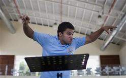 <p>El director de orquesta José Angel Salazar durante un ensayo en la Isla de Margarita, Venezuela, jun 21 2012. Un cuatro de juguete a los dos años y un concierto de ensamble de metales que lo hizo llorar de emoción a los ocho marcaron a José Angel Salazar, quien hoy, con apenas 14, es el venezolano más joven en dirigir una orquesta en su país y, posiblemente, en el mundo. REUTERS/Carlos Garcia Rawlins</p>