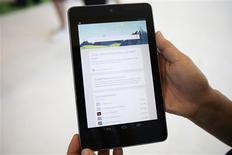 <p>Google commercialisera à la mi-juillet sa première tablette. Avec son prix de 199 dollars et sa taille de 7 pouces, la Nexus 7 vise directement à concurrencer le Kindle Fire d'Amazon, qui rivalise actuellement sur ce marché avec l'iPad d'Apple. /Photo prise le 28 juin 2012/REUTERS/Stephen Lam</p>