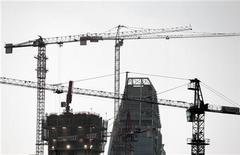 <p>Chantier de construction à Milan. L'organisation patronale Confindustria estime que l'Italie s'enfonce dans un gouffre économique et s'attend à une contraction beaucoup plus forte qu'elle ne le prévoyait jusqu'à présent de la troisième économie de la zone euro ainsi qu'à une entorse importante aux objectifs de déficit budgétaire. /Photo prise le 18 avril 2012/REUTERS/Stefano Rellandini</p>