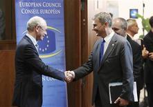 """<p>Le président du Conseil européen, Herman Van Rompuy (à gauche), reçoit le Premier ministre estonien, Andrus Ansip, pour le sommet de Bruxelles. Les dirigeants européens réunis jeudi pour approuver un """"pacte pour la croissance et l'emploi"""", devraient demander à quatre hauts responsables de l'Union européenne de rédiger une """"feuille de route"""" pour renforcer l'intégration de l'UE. /Photo prise le 28 juin 2012/REUTERS/François Lenoir</p>"""