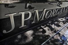 <p>La perte de trading dévoilée en mai par JPMorgan atteindra probablement quatre à six milliards de dollars, bien plus que les deux milliards initialement annoncés, selon une source proche du dossier. /Photo prise le 17 mai 2012/REUTERS/Eduardo Munoz</p>