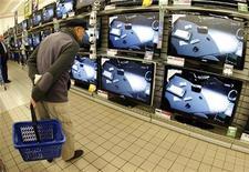 <p>La consommation des ménages français en biens a progressé de 0,4% en mai, un rebond lié aux dépenses en textile-cuir. /Photo d'archives/REUTERS/Eric Gaillard</p>