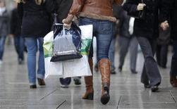 <p>Selon des données préliminaires, les ventes au détail ont baissé de 0,3% contre toute attente en mai en Allemagne, accusant un recul de 1,1% sur une base annuelle. /Photo d'archives/REUTERS/Johannes Eisele</p>