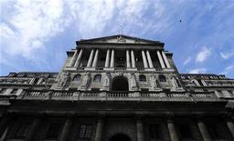 <p>Pour la Banque d'Angleterre, les banques britanniques ne doivent pas hésiter à puiser dans leurs copieuses liquidités pour assurer un flux régulier de crédits dans une économie frappée de récession. /Photo prise le 15 juin 2012/REUTERS/Paul Hackett</p>