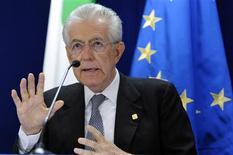 <p>Le président du Conseil italien, Mario Monti, a déclaré vendredi à Bruxelles que son pays pourrait demander l'aide des fonds de soutien de l'Union européenne pour stabiliser ses coûts de financement, bien que l'option ne soit pas envisagée dans l'immédiat. /Photo prise le 29 juin 2012/REUTERS/Eric Vidal</p>