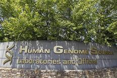 <p>L'offre d'achat de GlaxoSmithKline (GSK) sur Human Genome Sciences pour 2,6 milliards de dollars (2 milliards d'euros) a été prolongée vendredi jusqu'au 20 juillet. /Photo prise le 17 mai 2012/REUTERS/Jose Luis Magana</p>