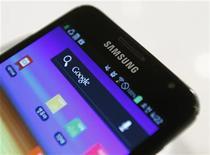 <p>Imagen de archivo de un teléfono Galaxy de Samsung en la sede de la compañía en Seúl, jul 6 2012. Las crecientes ventas del teléfono Galaxy ayudaron a Samsung a registrar una ganancia trimestral récord de 5.900 millones de dólares, aunque la crisis europea está reduciendo la demanda en el mayor mercado de la firma para sus televisores y electrodomésticos. REUTERS/Lee Jae-Won</p>