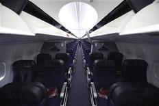<p>Airbus et Boeing vont se livrer une nouvelle bataille commerciale au salon aéronautique de Farnborough la semaine prochaine. Les deux constructeurs mènent une guerre des prix sur le segment des monocouloirs - le plus porteur - qui risque de rogner à terme leurs marges. /Photo d'archives/REUTERS/Darrell Byers</p>