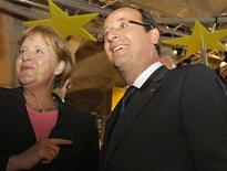 """<p>François Hollande, aux côtés de la chancelière allemande Angela Merkel, à Reims. L'Union européenne n'a pas besoin pour l'instant d'un """"M. Euro"""", un président de l'Eurogroupe aux pouvoirs renforcés pour gérer la monnaie commune de 17 Etats, a dit dimanche le président français en marge du cinquantième anniversaire de la réconciliation franco-allemande. /Photo prise le 8 juillet 2012/REUTERS/Michel Spingler/Pool</p>"""