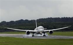 <p>Un Boeing 787 Dreamliner à l'atterrissage à Farnborough. Le constructeur américain se dit déterminé à gagner autant de commandes que possible face à Airbus tout en se refusant à fournir un objectif spécifique de parts de marché. /Photo prise le 9 juillet 2012/REUTERS/Luke MacGregor</p>