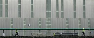 <p>Alcoa a subi une perte au deuxième trimestre, victime d'une chute de 18% des prix de l'aluminium à un plus bas de près de deux ans, laquelle a compensé les éléments positifs que sont une croissance de la demande dans l'aéronautique et l'espace ainsi que dans l'automobile. Hors exceptionnels, l'aluminier a toutefois dégagé un bénéfice tiré des opérations poursuivies de 61 millions de dollars, supérieur au consensus de Wall Street. /Photo d'archives/REUTERS/Stoyan Nenov</p>