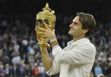 <p>Un pari effectué il y a près d'une décennie par un fan de tennis décédé depuis a permis à l'association caritative britannique Oxfam, légataire du parieur, de remporter plus de 100.000 livres sterling (126.000 euros) après la septième victoire de Roger Federer à Wimbledon. /Photo prise le 8 juillet 2012/REUTERS/Toby Melville</p>