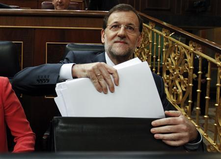 Spain's Prime Minister Mariano Rajoy takes documents from his briefcase in parliament in Madrid, July 11, 2012. REUTERS/Andrea Comas