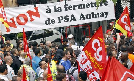 Employees of PSA Peugeot Citroen demonstrate in front of the company's headquarters during a meeting with Peugeot management and workers' representatives in Paris in this June 28, 2012 file picture. REUTERS/Benoit Tessier/Files