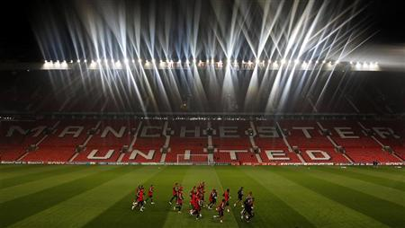 Benfica's players warm up during a training session at Manchester United's Old Trafford stadium in Manchester, northern England, November 21, 2011. REUTERS/Phil Noble
