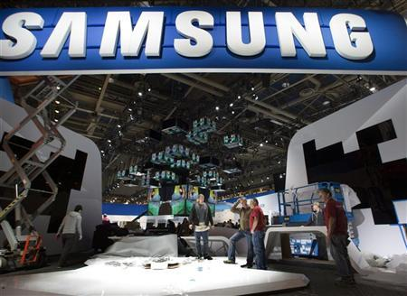 Workers set-up a Samsung booth as they prepare for the 2012 International CES at the Las Vegas Convention Center in Las Vegas, Nevada, January 8, 2012. REUTERS/Steve Marcus