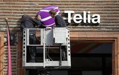<p>TeliaSonera a dégagé au deuxième trimestre un Ebitda hors éléments non récurrents de 9,0 milliards de couronnes suédoises (1,05 milliard d'euros), contre 9,2 milliards de couronnes attendus par les analystes. L'opérateur téléphonique nordique a légèrement abaissé ses prévisions pour l'année. /Photo d'archives/REUTERS/Bob Strong</p>