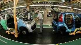 <p>Il n'y aura plus d'aides publiques à la filière automobile sans contrepartie, a déclaré mercredi sur France Inter le ministre du Redressement productif, Arnaud Montebourg. /Photo d'archives/REUTERS</p>
