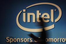 <p>Intel est l'une des valeurs à suivre à Wall Street après son annonce d'une prévision peu optimiste pour le chiffre d'affaires du trimestre en cours, confirmant les appréhensions de ceux qui craignent que les ventes de PC ne pâtissent d'une conjoncture mondiale déprimée et de l'engouement pour les tablettes. /Photo prise le 5 juin 2012/REUTERS/Yi-ting Chung</p>