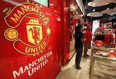 <p>Le club de football de Manchester United lancera son introduction en Bourse dès la semaine prochaine à New York et pourrait être coté dès début août, selon des sources concordantes. /Photo d'archives/REUTERS/Chaiwat Subprasom</p>