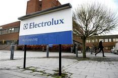 <p>Electrolux a dépassé le consensus au deuxième trimestre grâce à des ventes solides dans les marchés émergents. Le bénéfice d'exploitation ajusté ressort à 1,15 milliard de couronnes suédoises (135 millions d'euros) contre 745 millions un an auparavant et un consensus donnant 1,07 milliard. /Photo d'archives/REUTERS/SCANPIX/Janerik Henriksson</p>