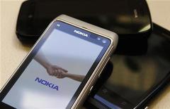 <p>Nokia a fait état jeudi d'une lourde perte trimestrielle mais aussi d'un niveau de trésorerie plus élevé qu'attendu, salué par une forte hausse de son action en Bourse. /Photo prise le 18 juillet 2012/REUTERS/Ints Kalnins</p>