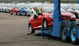 <p>Les valeurs automobiles sont à suivre à la bourse de Paris, Peugeot poursuivant son rebond entamé la veille, Renault ayant annoncé le départ de l'ancien directeur général délégué du groupe, Patrick Pelata et Nissan Motor s'apprêtant à sous-traiter la production de certains véhicules à Renault Samsung Motors, filiale sud-coréenne de Renault, pour répondre à la demande et amortir l'impact d'un yen fort, selon la presse japonaise. /Photo d'archives/REUTERS/Darren Staples</p>