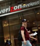 <p>Verizon Wireless, coentreprise de Verizon et de Vodafone, a gagné 888.000 nouveaux abonnés net au deuxième trimestre, un tiers de plus que la moyenne des estimations des analystes. /Photo d'archives/REUTERS/Brendan McDermid</p>