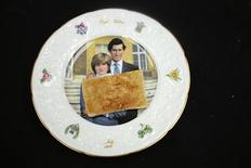 <p>Un toast, relique du petit déjeuner servi au Prince Charles le jour de son mariage avec Lady Diana, a été vendu jeudi aux enchères 230 livres (295 euros). /Photo prise le 19 juillet 2012/REUTERS/Hansons</p>