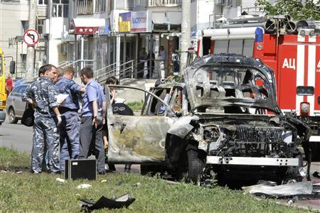 Russian investigators work near the scene of a car bomb blast in the city of Kazan July 19, 2012. REUTERS/Aleksey Nasyrov