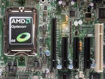 <p>Imagen de archivo de un procesador Opteron 6000 de AMD sobre una placa madre durante un lanzamiento de productos en Taipéi, abr 14 2010. El fabricante de procesadores Advanced Micro Devices proyectó ingresos menores a las expectativas En el tercer trimestre mientras lucha con una débil economía global, tibias ventas de computadores y la incesante presión de la fabricante de chips Intel. REUTERS/Pichi Chuang</p>