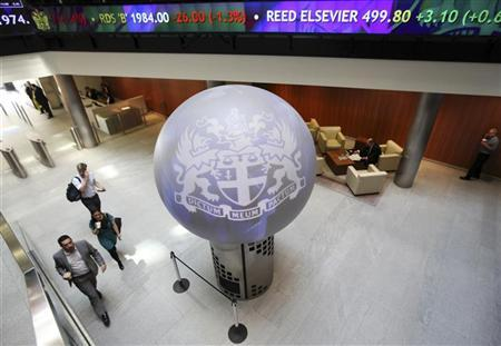 People walk through the lobby of the London Stock Exchange August 5, 2011. REUTERS/Suzanne Plunkett