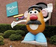 <p>Foto de archivo de la entrada de la firma Hasbro en Pawtucket, EEUU, oct 19 2009. Hasbro Inc, el segundo más grande fabricante de juguetes de Estados Unidos, reportó el lunes ingresos menores a los esperados por una caída de las ventas en su mercado doméstico y en Canadá y por la apreciación del dólar. REUTERS/Hasbro, Inc./Handout SOLO PARA USO EDITORIAL</p>