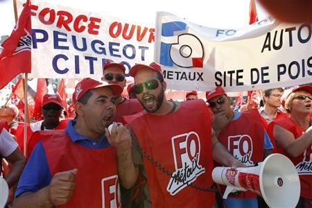Employees of PSA Peugeot Citroen demonstrate against the closure of the PSA Aulnay plant, in front of the company's headquarters as a meeting with Peugeot management and workers' representatives is held in Paris July 25, 2012. REUTERS/Gonzalo Fuentes