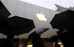 """<p>Imagen de archivo de un grupo de clientes a las afueras de la tienda insigne de Apple en San Francisco a la espera de comprar un iPad mar 16 2012. Apple lanzó el miércoles la última versión de su sistema operativo para sus computadoras MacIntosh y que presenta nuevas características, como una mejor integración con el servicio de almacenamiento y juego en red """"iCloud"""". REUTERS/Robert Galbraith</p>"""