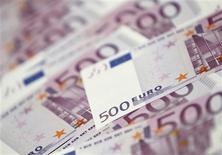 <p>Des économistes de l'université de St. Gallen estiment dans une étude que les agences de notation ont aggravé la crise de la dette au sein de la zone euro en se montrant plus sévères dans leurs dégradations qu'elles ne l'étaient avant son déclenchement en 2009. /Photo d'archives/REUTERS/Lee Jae-Won</p>