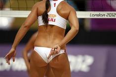 <p>La española Liliana Fernández Steiner le marca una jugada a su compañéra Elsa Baquerizo McMillan durante el partido del domingo ante Holanda por el torneo de voleibol de playa de los Juegos de Londres. Jul 29, 2012. REUTERS/Marcelo del Pozo</p>