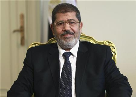 Egypt's President Mohamed Mursi attends a meeting with Bulgarian Foreign Minister Nikolai Mladenov (not pictured) at the presidential palace in Cairo July 31, 2012. REUTERS/Amr Abdallah Dalsh