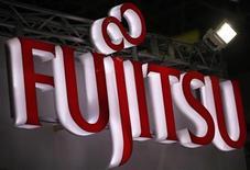 <p>Imagen de archivo del logo de la firma Fujitsu durante un evento destinado a la industria manufacturera en Tokio, jun 20 2012. Fujitsu, NTT Docomo y NEC lanzaron el miércoles una nueva compañía que fabricará chips para teléfonos avanzados, en momentos en que las firmas japonesas tratan de reducir su dependencia de los chips de memoria fabricados en el extranjero. REUTERS/Yuriko Nakao</p>