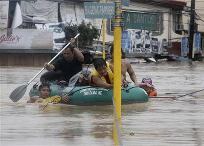 Rescuers evacuate residents from floodwaters in Marikina City, Metro Manila August 7, 2012. REUTERS/Cheryl Ravelo
