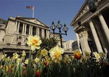 <p>La Banque d'Angleterre (BoE), à Londres. Selon le gouverneur de la BoE, l'économie britannique connaîtra une croissance très faible cette année et pourrait pâtir plus que prévu de l'impact de la crise de la zone euro. L'institution ne prévoit pas cependant de nouvelles mesures de soutien. /Photo d'archives/REUTERS/Toby Melville</p>