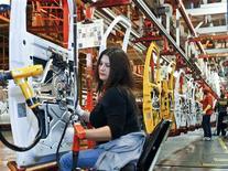 <p>Usine de General Motors à Wentzville, dans le Missouri. La productivité du secteur non agricole aux Etats-Unis a progressé plus que prévu au deuxième trimestre, les entreprises ayant accru leur production mais en n'augmentant que légèrement les heures travaillées par leurs employés. /Photo d'archives/REUTERS/Sarah Conard</p>
