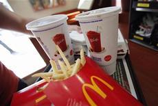 <p>McDonald's a annoncé mercredi une croissance quasi nulle de ses ventes au mois de juillet, une contre-performance sans précédent en plus de neuf ans qui reflète le ralentissement économique mondial et la volonté des consommateurs d'éviter les dépenses qui ne sont pas indispensables. /Photo prise le 31 mai 2012/REUTERS/Mike Segar</p>