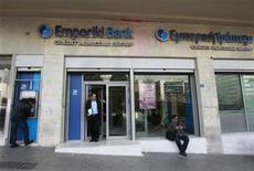 <p>Le Crédit agricole examine plusieurs offres fermes de la part de banques grecques pour la reprise de la totalité du capital de sa filiale Emporiki. /Photo d'archives/REUTERS/John Kolesidis</p>