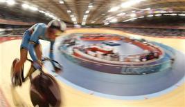 <p>Le cycliste belge Gijs van Hoecke lors d'une épreuve au Vélodrome des Jeux olympiques de Londres. Le pistard a été renvoyé des Jeux par le Comité olympique et interfédéral belge (COIB) après avoir été pris en photo en état d'ébriété, un cliché qui a été publié par le quotidien Daily Mirror. /Photo prise le 4 août 2012/REUTERS/Stefano Rellandini</p>