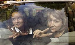 <p>Deux journalistes biélorusses -Irina Kozlik (à gauche) et Ioulia Dorochkevitéch- ont été condamnées à une amende pour s'être fait photographier avec dans les mains des ours en peluche largués en juillet par un avion affrété par une société suédoise dans le cadre d'une campagne en faveur de la démocratie. /Photo prise le 9 août 2012/REUTERS/Vasily Fedosenko</p>